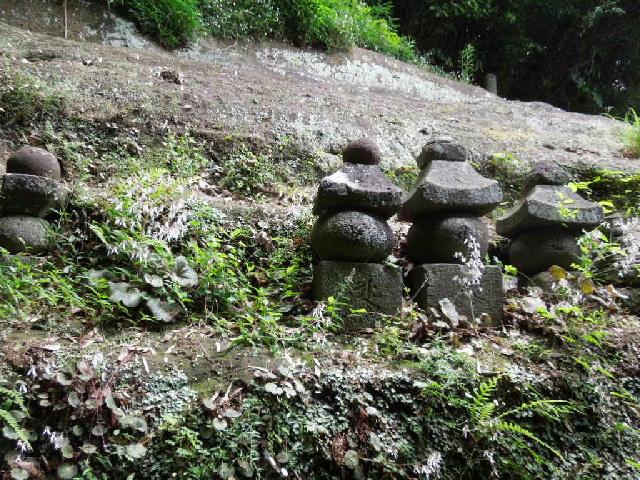 写真 梶原御霊神社の五輪塔.jpg